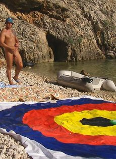 Групповой секс с жаркими красавицами на нудистском пляже - фото #9
