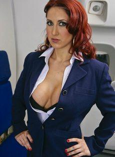 Рыжеволосая стюардесса с большими силиконовыми сиськами - фото #1