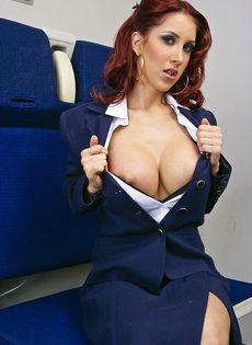Рыжеволосая стюардесса с большими силиконовыми сиськами - фото #4