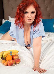 Рыжеволосая толстушка с аппетитными формами лежит на широкой кровати - фото #4