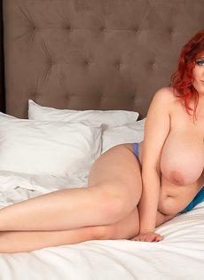 Рыжеволосая толстушка с аппетитными формами лежит на широкой кровати - фото #13