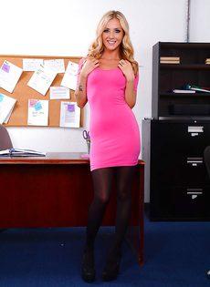Офисная сотрудница в красивом нижнем белье и в черных чулках - фото #2