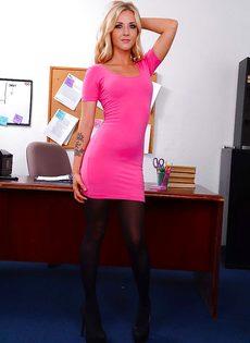 Офисная сотрудница в красивом нижнем белье и в черных чулках - фото #3