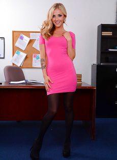 Офисная сотрудница в красивом нижнем белье и в черных чулках - фото #4