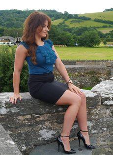 Ухоженная зрелая женщина в юбке и на высоких каблуках - фото #4