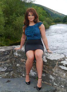 Ухоженная зрелая женщина в юбке и на высоких каблуках - фото #7