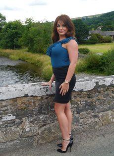 Ухоженная зрелая женщина в юбке и на высоких каблуках - фото #9