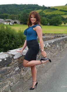 Ухоженная зрелая женщина в юбке и на высоких каблуках - фото #10