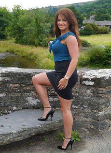 Ухоженная зрелая женщина в юбке и на высоких каблуках - фото #16
