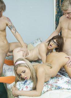 Порно пародия на Скуби Ду: групповой секс с молодыми красотками - фото #13