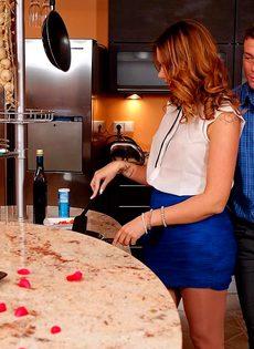 Горячо трахнулись на кухне перед романтическим ужином - фото #2