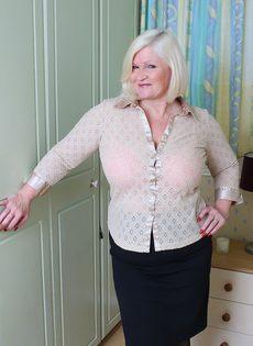 Худощавому чуваку хочется удовлетворить толстую старую блондинку - фото #1