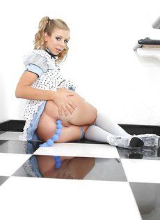 Обворожительная блондинка играется с анальными шариками - фото #6
