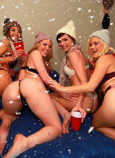 Крутая вечеринка с жаркими пьяными девушками - фото #4