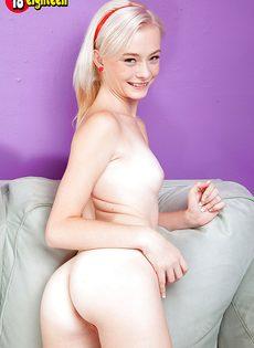 Белокурая худышка вставила пальчик в узенькую вагину - фото #12