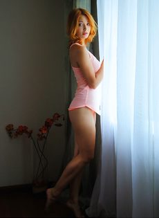 Красивая эротика от обнаженной смазливой молодушки - фото #2