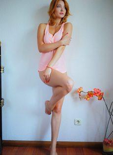 Красивая эротика от обнаженной смазливой молодушки - фото #6