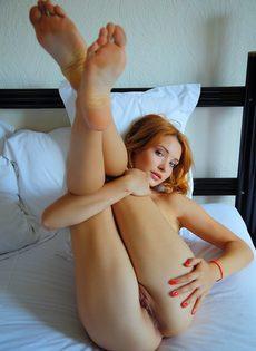 Красивая эротика от обнаженной смазливой молодушки - фото #15