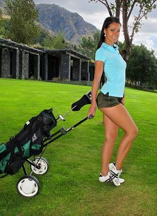 Сладострастная гольфистка позирует под открытым небом - фото #1