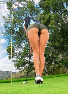 Сладострастная гольфистка позирует под открытым небом - фото #3