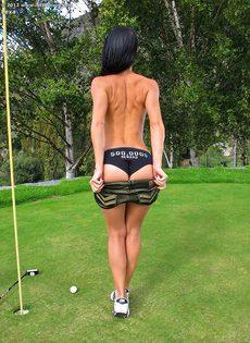 Сладострастная гольфистка позирует под открытым небом - фото #5