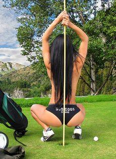 Сладострастная гольфистка позирует под открытым небом - фото #6