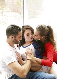 Бородатый парень и две знойные красотки устроили секс втроем - фото #3