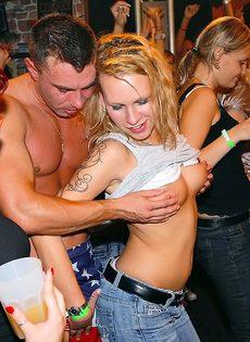 Откровенная порно вечеринка с молоденькими сучками в клубе - фото #10