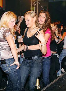 Откровенная порно вечеринка с молоденькими сучками в клубе - фото #11