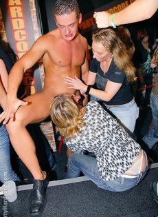 Откровенная порно вечеринка с молоденькими сучками в клубе - фото #15