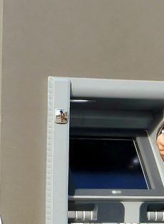 Латинская красотка демонстрирует выбритую киску за деньги - фото #1