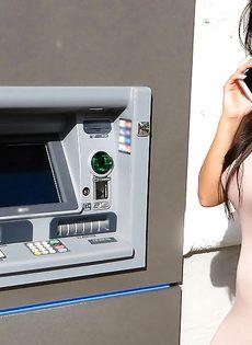 Латинская красотка демонстрирует выбритую киску за деньги - фото #3