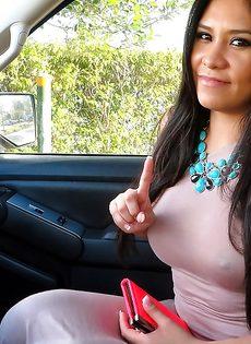 Латинская красотка демонстрирует выбритую киску за деньги - фото #5