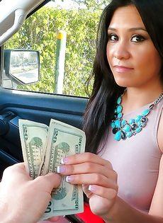 Латинская красотка демонстрирует выбритую киску за деньги - фото #6