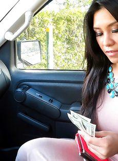 Латинская красотка демонстрирует выбритую киску за деньги - фото #7