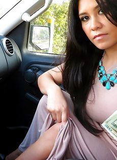 Латинская красотка демонстрирует выбритую киску за деньги - фото #8