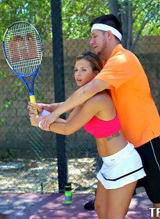 Keisha Grey делает минет знакомому парню на теннисном корте - фото #1