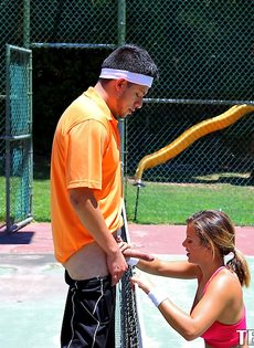 Keisha Grey делает минет знакомому парню на теннисном корте - фото #10