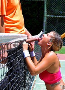 Keisha Grey делает минет знакомому парню на теннисном корте - фото #12