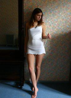 Симпатичная молодка позирует обнаженной в домашней обстановке - фото #1