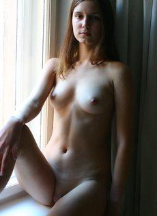 Симпатичная молодка позирует обнаженной в домашней обстановке - фото #16