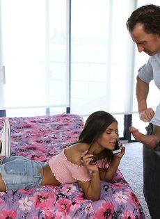 Мужчина пальцами возбудил миниатюрную латинскую девушку - фото #5