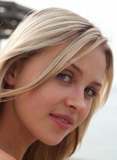 Застенчивая блондинка с красивой упругой попочкой - фото #1