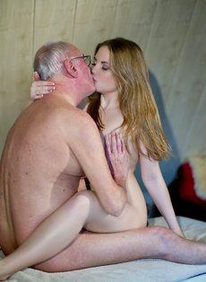 Худенькая чертовка быстро удовлетворила старика в очках - фото #13