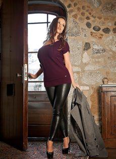 Красавица с большой грудью спускает обтягивающие штаны - фото #2