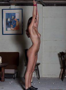 Мужчина устраивает БДСМ для худенькой молодой девицы - фото #2