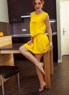 Красотка сняла желтое платье и продемонстрировала все свои прелести - фото #3