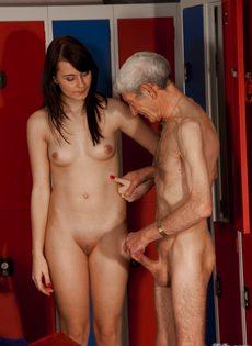 Брюнетистая худышка целуется со стариком, а потом делает ему минет - фото #4