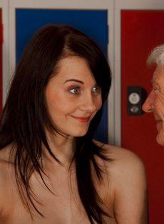 Брюнетистая худышка целуется со стариком, а потом делает ему минет - фото #6