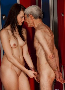 Брюнетистая худышка целуется со стариком, а потом делает ему минет - фото #7